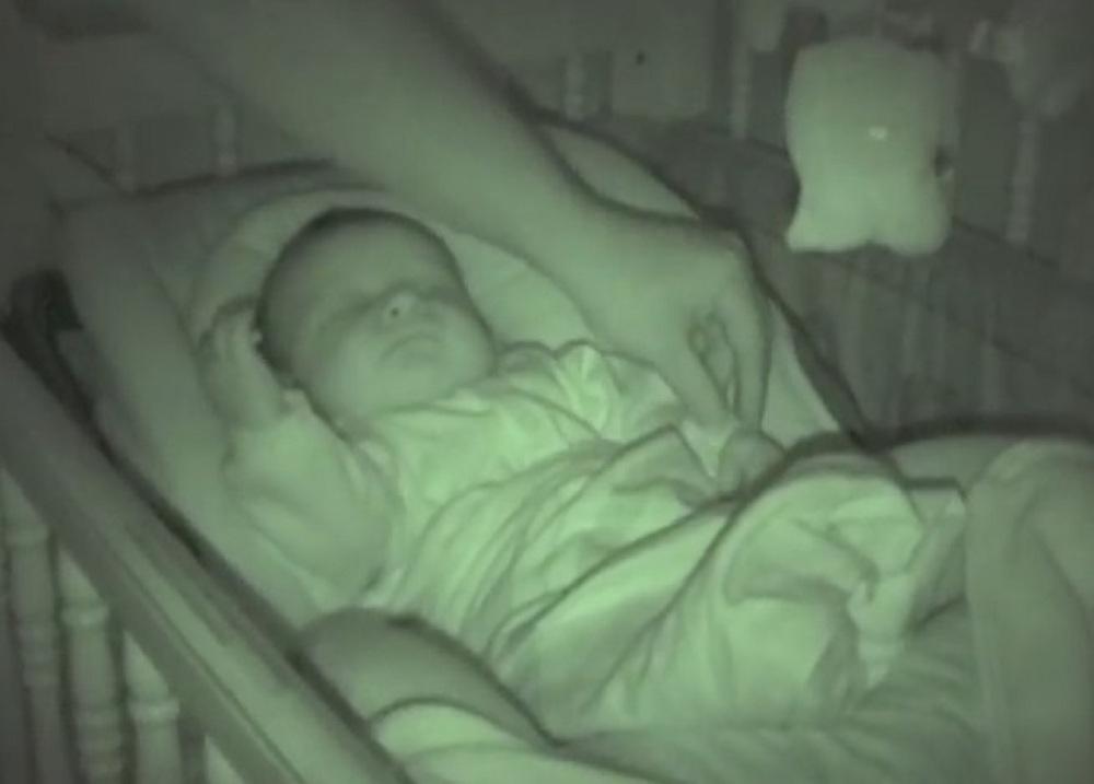 Ծնողներն ուղղակի ուզում էին ուղղել երեխայի ձեռքը, բայց այն, ինչ նա սկսեց անել՝ ստիպեց մայրիկին միացնել տեսախցիկը